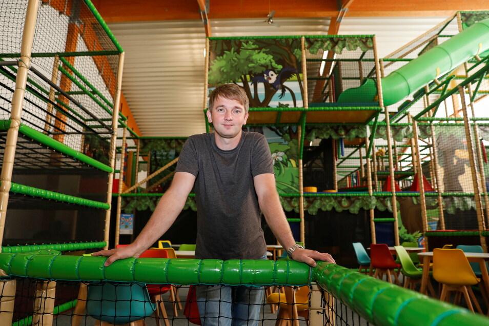 Heiko Wasser, Geschäftsführer des Westpark-Centers in Zittau, zeigt das neue Kinderland.