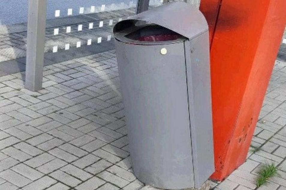 Unbekannte Täter rissen diesen Mülleimer am Bahnhof Hirschfelde aus seiner Verankerung.