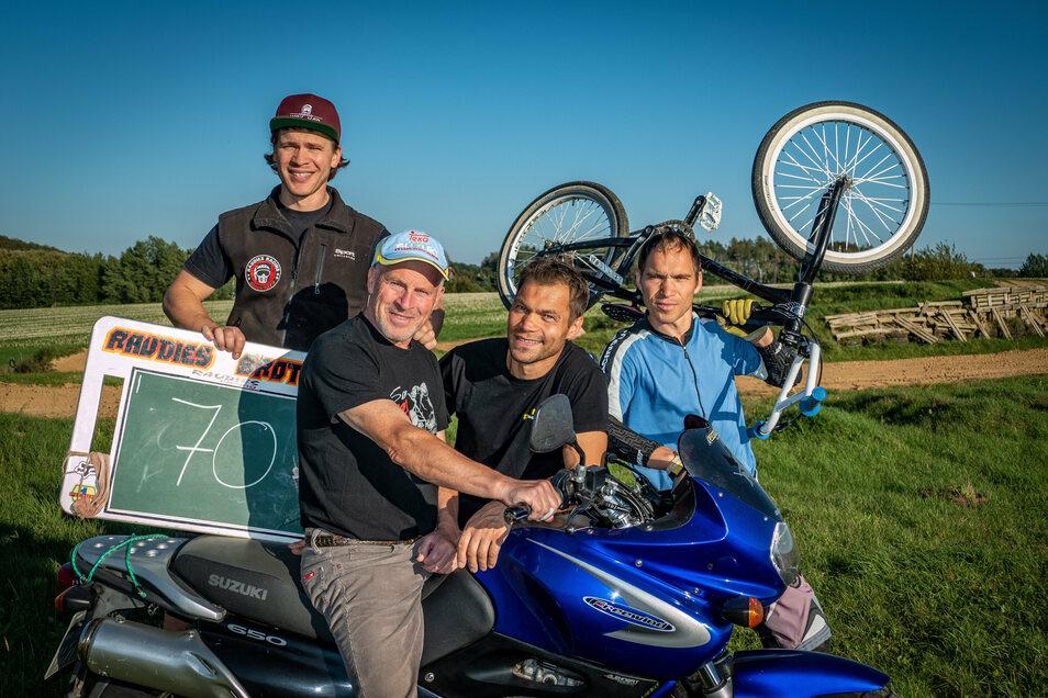 Dietmar Raudies (2. von links) hat die Begeisterung für den Motorsport an seine Söhne Veit (von links), Maik und Kai weitergegeben.