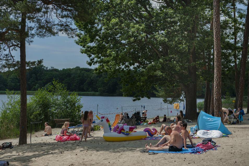 Am Brettmühlenteich in Zschorna bei Radeburg badet man ohne Eintritt - dafür auch ohne Rettungsschwimmer.