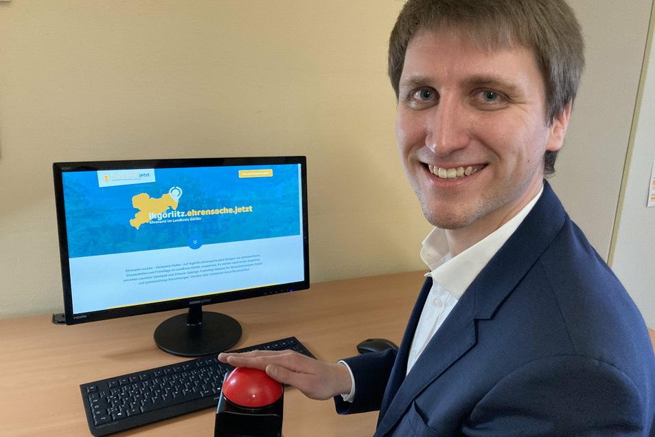 Matthias Bilz drückt den Buzzer zum Start der neuen Ehrenamtsplattform. Er ist Koordinator für den Landkreis Görlitz.