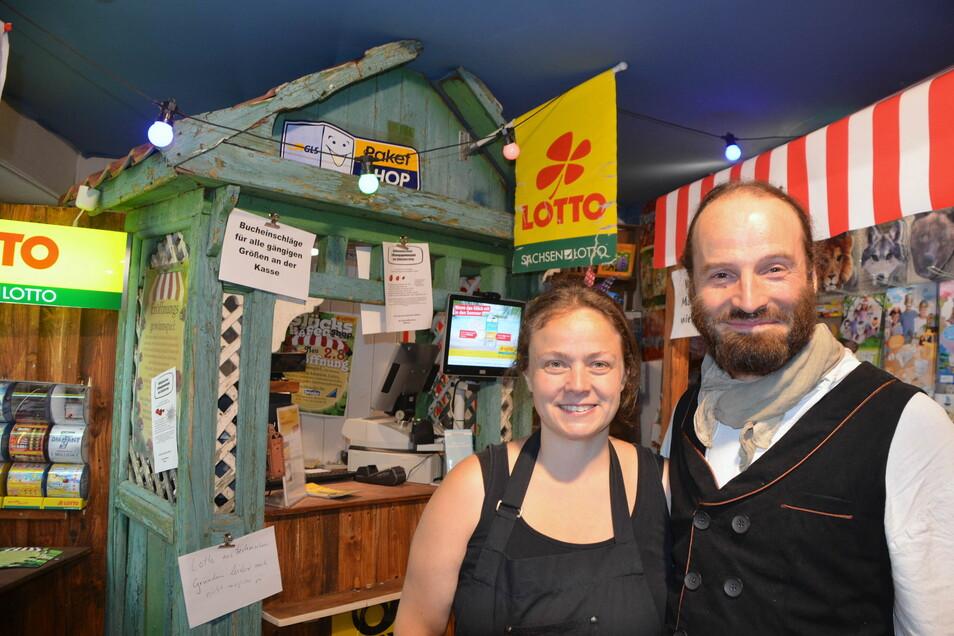 Peggy Hocke ist neue Geschäftsführerin, ihr Partner Diego Scholz im Laden angestellt. Gerettet haben sie für den Laden ein uraltes Vorhäuschen aus Buchholz – die neue Kassenzone.