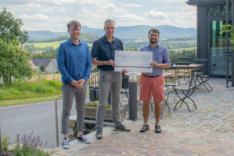 Gemeinsam übergeben Lehrer Philipp Sobotta (links) und der Schulleiter des Oberland-Gymnasiums Ingo Elmenthalter (Mitte) die Spende an Markus Kranich, dem Geschäftsführer der Windmühle.