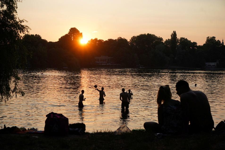 Zahlreiche Menschen genießen den frühsommerlichen Abend am Weißen See in Berlin. Am späten Donnerstagnachmittag war auch dort ein 25-jähriger Mann ertrunken. Die Ursache dafür ist noch nicht bekannt.