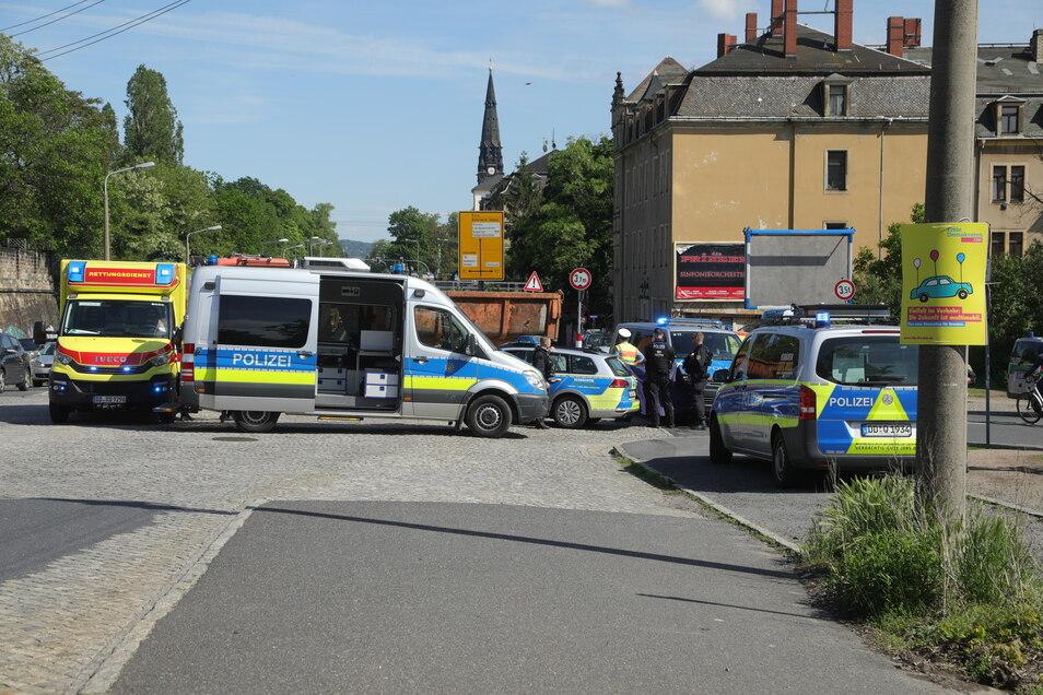 Die Polizei sperrte den Unfallbereich an der Kreuzung Stauffenbergallee/Rudolf-Leonhard-Straße ab. Der Verkehrsunfalldienst hat die Ermittlungen aufgenommen.