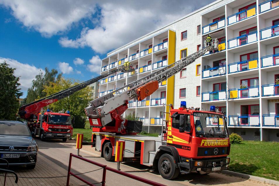 Die Feuerwehren Döbeln und Roßwein haben mit Drehleitern die Menschen aus ihren Wohnungen geholt.
