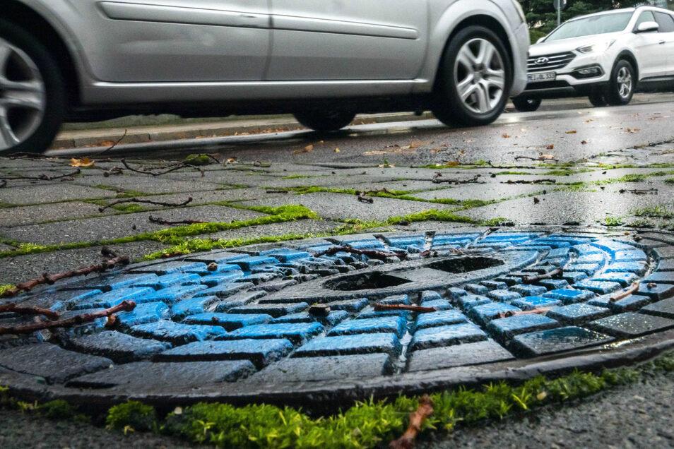 Aus Farbe: Solche Markierungen finden sich seit dem Festwochenende etwa an der Niederlagstraße. Dort hatte man viele provisorische Leitungen anschließen müssen.