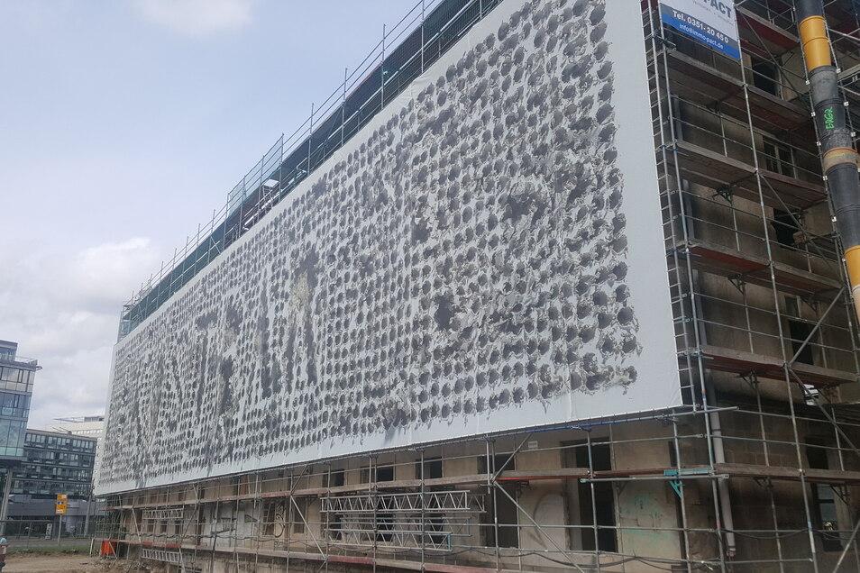 Die Südseite des Gebäudes wurde mit einem künstlerisch gestalteten Transparent abgehängt.