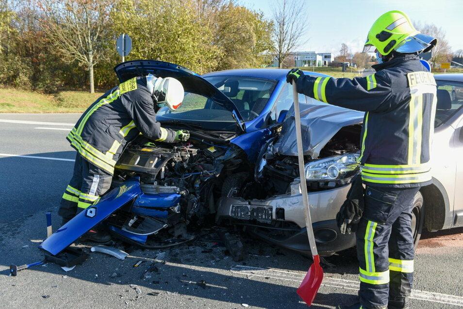 Die alarmierte Feuerwehr nahm vor Ort ausgelaufene Betriebsmittel auf und sicherte die Unfallstelle ab.