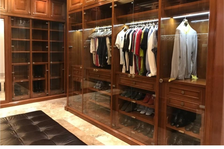 """Ganz so luxuriös muss es im eigenen Ankleidezimmer zwar nicht zugehen. Dennoch profitiert die eigene Lebensqualität auch von einem spartanischeren Raum für alles, was unter """"Kleidung und Accessoires"""" fällt."""