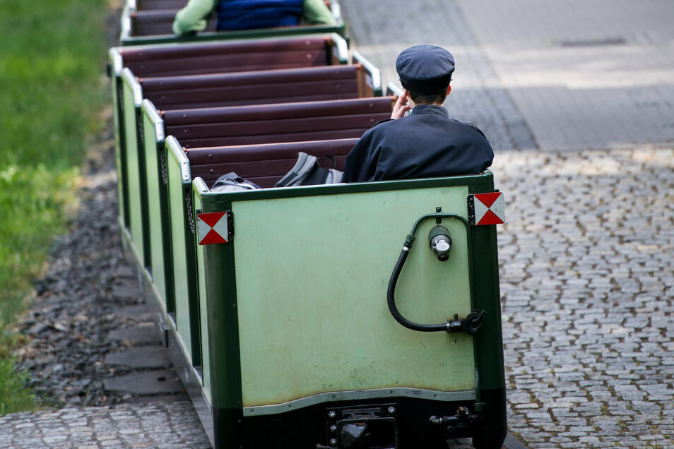 Ein Zug fährt in die Dresdner Station Großer Garten ein. Hat die Parkeisenbahn nach 2017 einen erneuten Skandal?