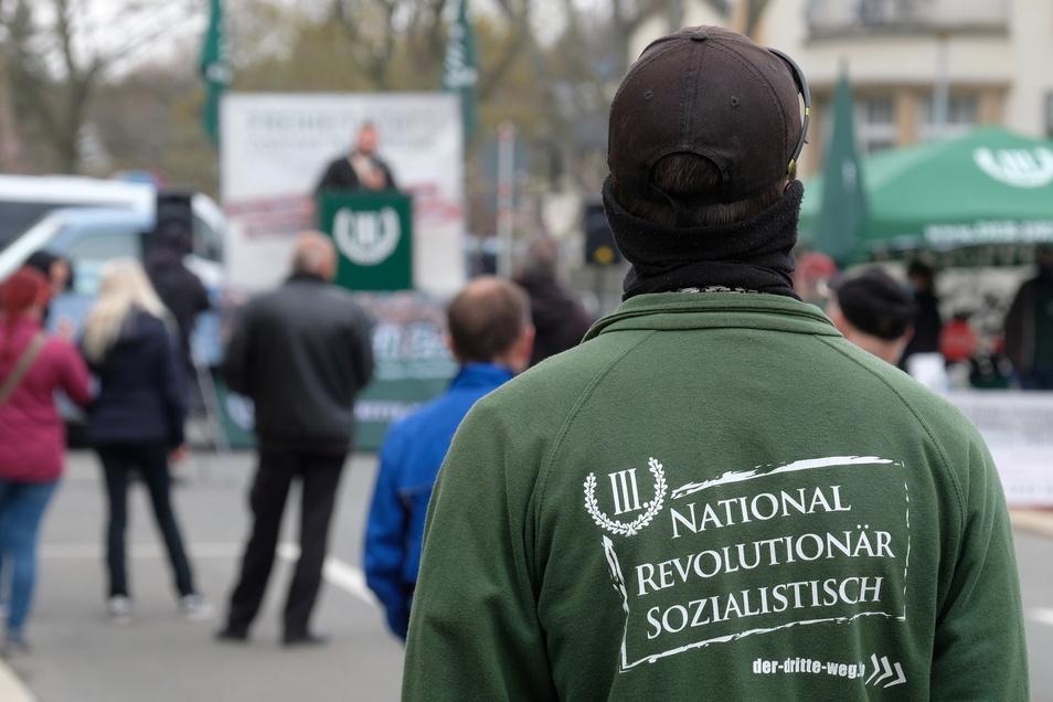 """Einer der wenigen Teilnehmer der Kundgebung der rechtsextremen Partei """"Der III. Weg"""" in Plauen."""