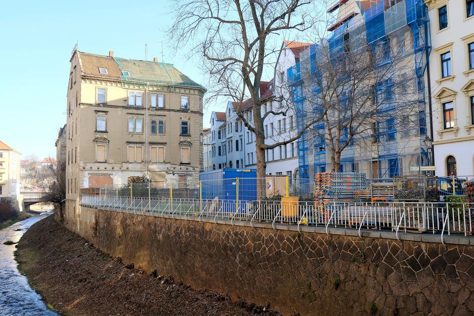 Das Bild trügt – das viele Baustellenmaterial deutet nicht darauf hin, dass die Häuser der Fährmannstraße an der Triebisch nun endlich saniert werden. Es gehört zur gegenüberliegenden Baustelle, dem Abriss und Neubau des Triebischstegs.