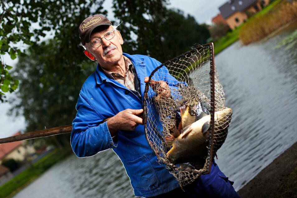 Frank Herrich betreibt mit seiner Frau seit mehreren Jahrzehnten Fischzucht in Wachau. Am Sonnabend laden sie zum großen Abfischen ein.