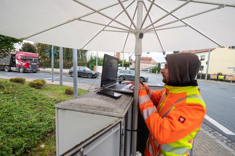 Ein Techniker arbeitet am Dienstagnachmittag an der ausgefallenen Ampel an der Kreuzung Klötzerstraße/Liststraße in Riesa.