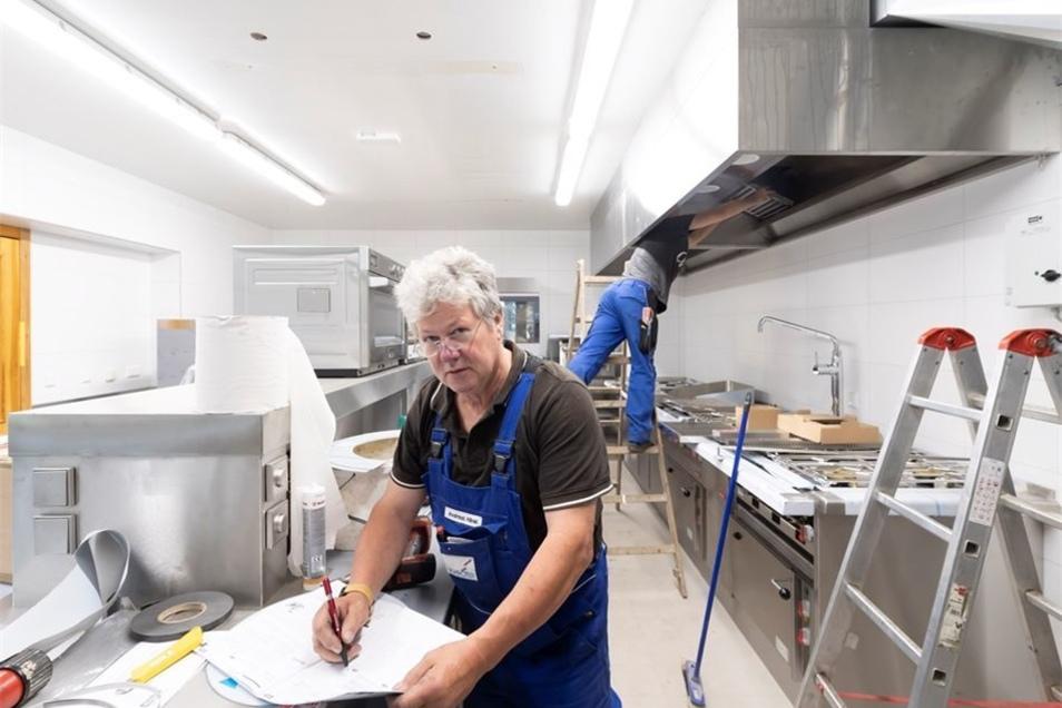Im Restaurant wurde die Küche erneuert, in den Gasträumen wurden die Möbel teilweise ausgetauscht und das Parkett aufgearbeitet, um nur einige Schritte bei der Sanierung zu nennen.
