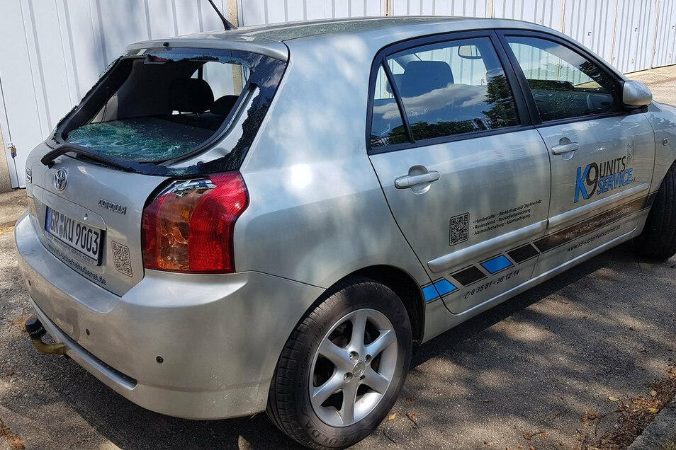Bei dem Überfall auf den Sicherheitsdienst beschädigten die Täter das Auto der Wachleute.