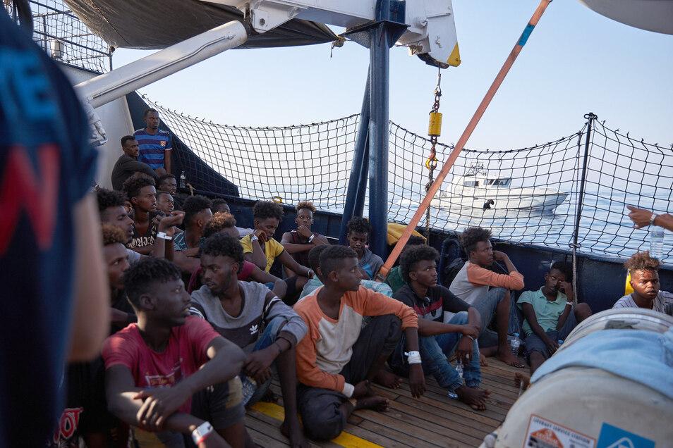 """Flüchtlinge an Bord des Seenotrettungsschiffs """"Alan Kurdi""""."""