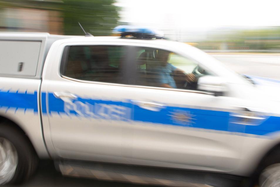Bei seiner Flucht vor der Polizei hat ein Mann in Kamenz einen Streifenwagen gerammt.