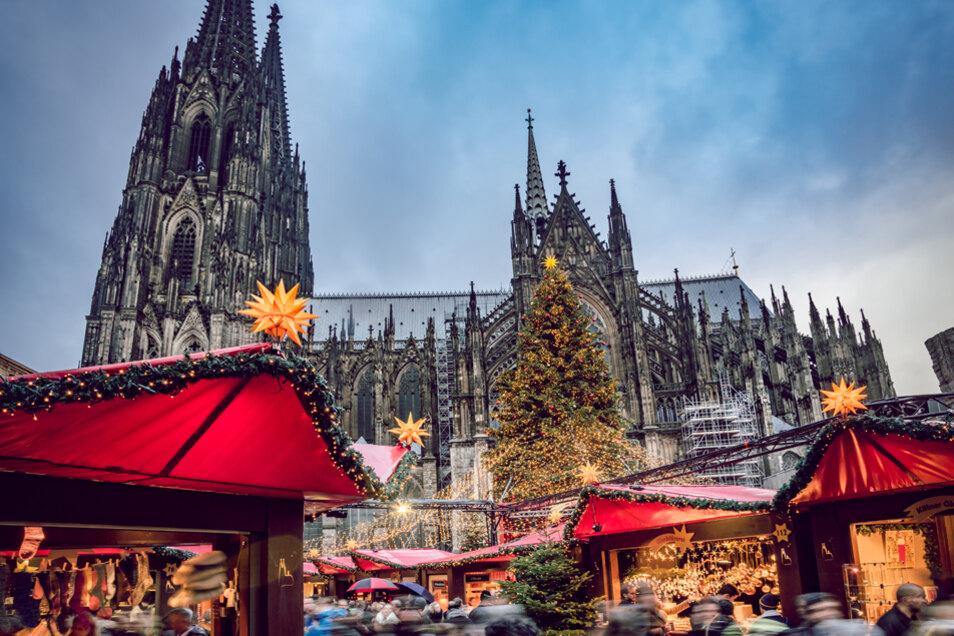 Köln ist Start- und Zielpunkt der Jubiläumsreise mit der MS Rousse Prestige zu den schönsten Weihnachtsmärkten an Mosel und Rhein. Den Auftakt macht der Weihnachtsmarkt mit Blick auf den Kölner Dom.