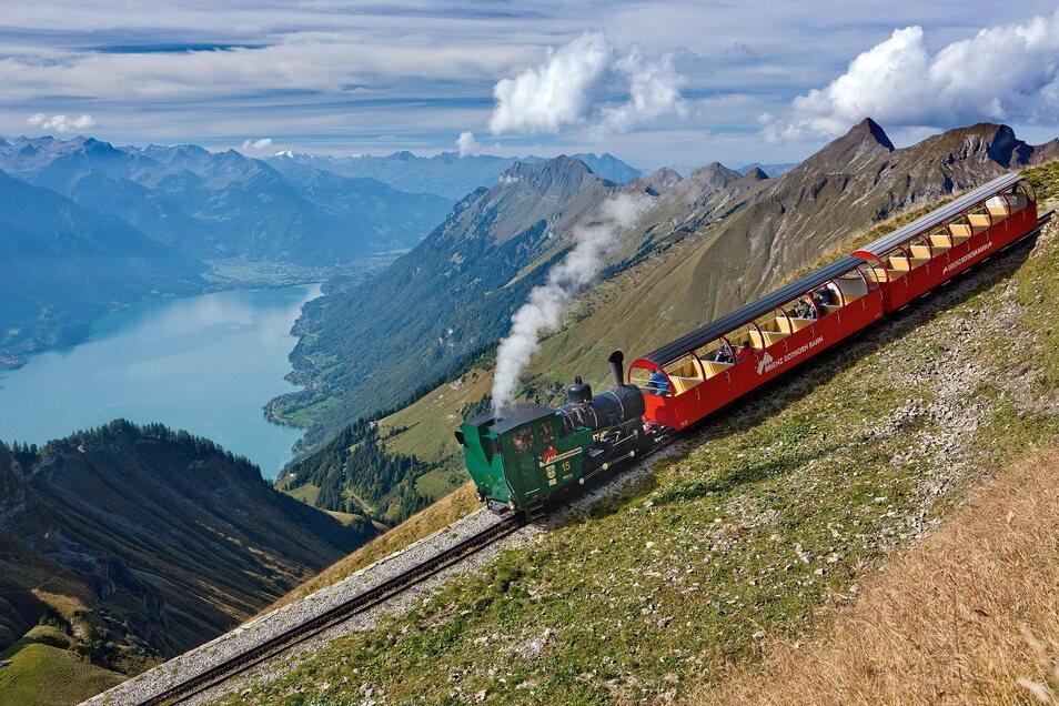 Ihre Fahrt auf das Brienzer Rothorn erleben Sie in der nostalgisch stampfenden Dampfbahn Brienz Rothorn.