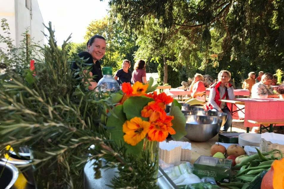 Das Dresdner Kochloft war am Sonntagnachmittag zum Erntedank angereist. Mitgebrachtes aus den Gärten der Gäste wurde verkocht und verkostet.
