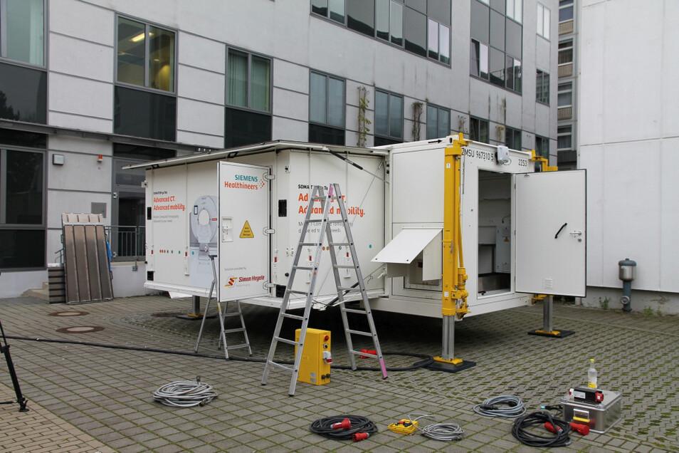 In diesem Container befindet sich ein vollständiger Computertomograph. Er wird genutzt, solange in der Klinikums-Radiologie Umbauten laufen.