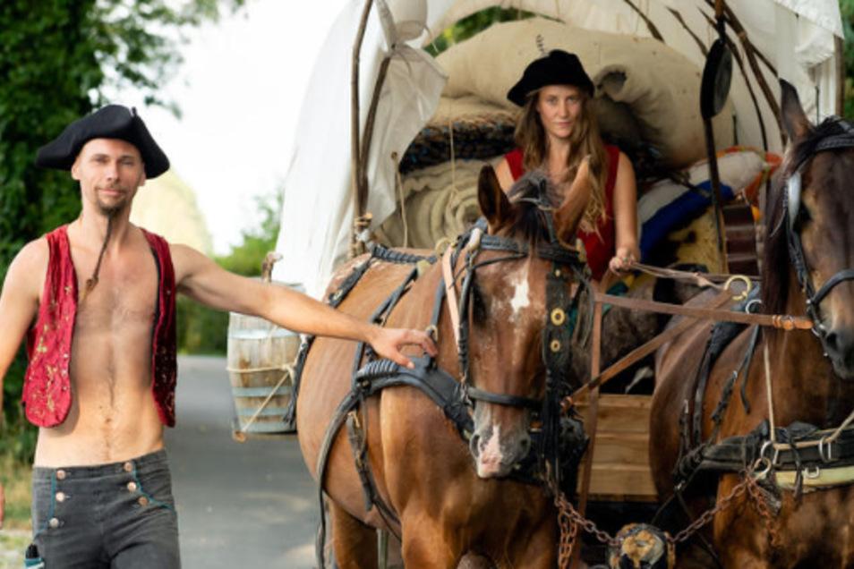 Wer umzieht, beauftragt in der Regel eine Umzugsspedition. Teresa Benzner und Benjamin Löffler jedoch nicht. Von Wachau aus ging es in einen anderen Ort im Radeberger Umland. Und zwar auf ganz klassische Nomandenart: mit Pferd und Planwagen.