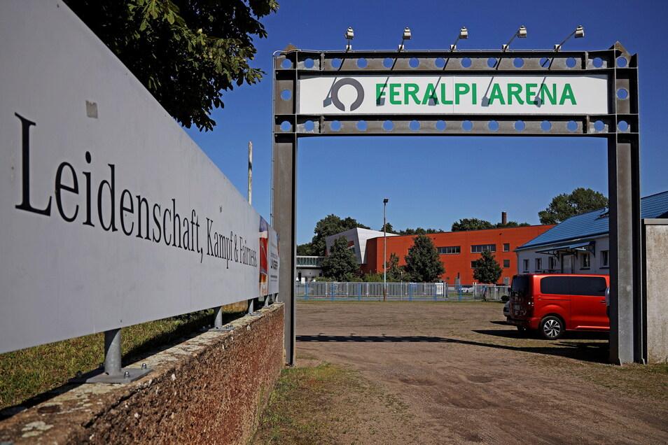Die Feralpi-Arena in Merzdorf: Eine Stahl-Riesa-Spielstätte, die schon seit Jahren den Namen von Vereinssponsoren trägt.