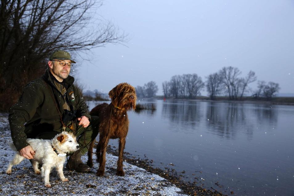 In der Morgendämmerung lässt sich am Fluss viel entdecken. Bodo Pietsch ist Jagdpächter und sorgt mit weiteren Kollegen für weidmännische Ordnung. Was er ganz nah unserer Siedlungen in sehr frühen Stunden entdeckt, haben viele noch nicht gesehen.