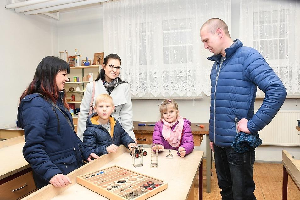 Familie Bartsch und Preuß mit ihren Sprösslingen Celina und Ben im Werkenraum beim Tag der offenen Tür an der Grundschule in Boxberg.