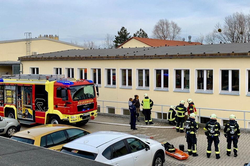 Feuerwehrleute löschten die Flammen im Keller des Gebäudekomplexes an der Feistenbergstraße.