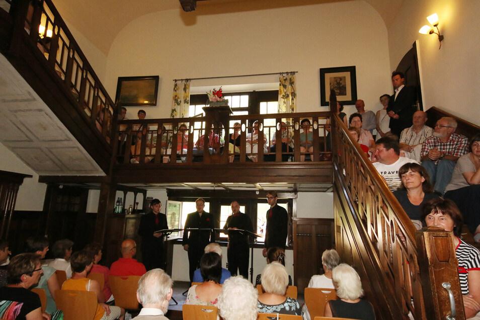 """Bei einem ersten """"provisorischen"""" Konzert in der Villa Bauch in Roßwein war das Interesse so groß, dass Musiker und Zuhörer später in den Garten umgezogen sind."""