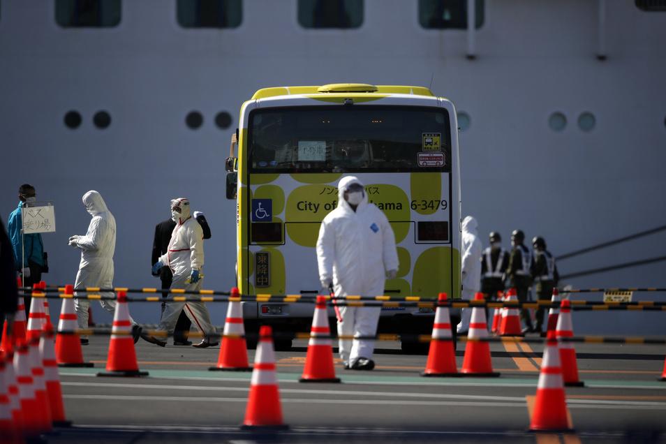 Passagiere, die negativ auf COVID-19 getestet wurden, sollen mit den Bussen abtransportiert werden.