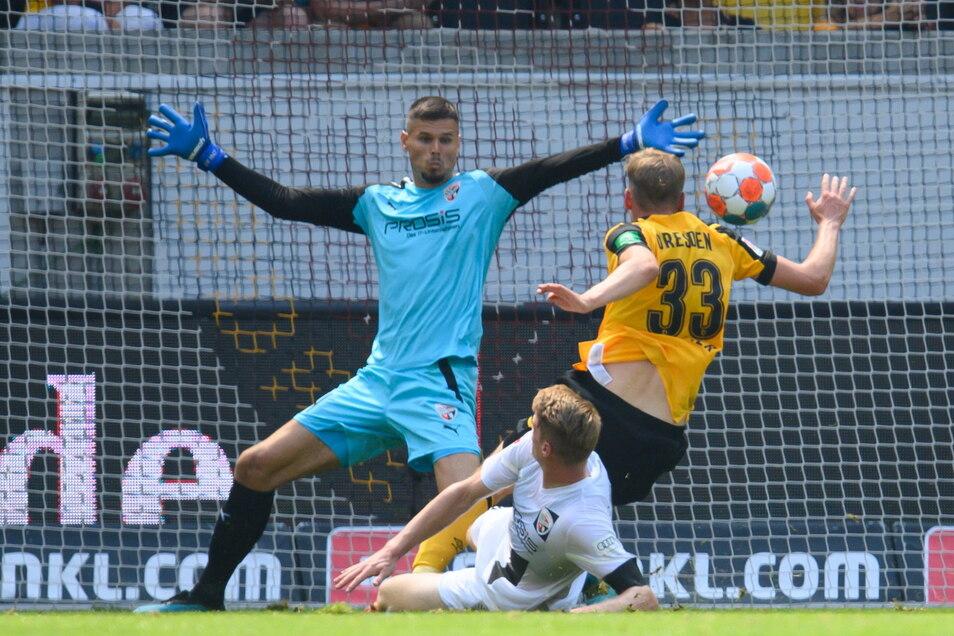 Kurz vor der Pause trifft Christoph Daferner (r.) zum 1:0 für Dynamo. Ingolstadts Torwart Fabijan Buntic (l.) und Maximilian Neuberger können den Treffer nicht verhindern.