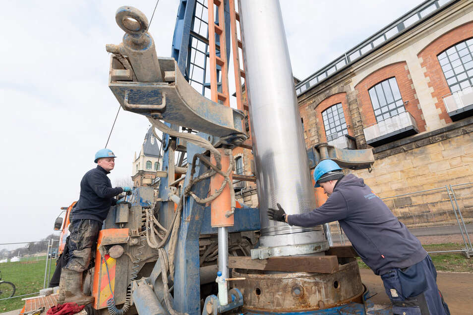 Danny Ebermann (l.) und Benedikt Schillhahn bereiten am Bohrgerät das nächste Rohr vor, das in den neuen Brunnen hinabgelassen wird. Insgesamt werden hier 15 Brunnen gebohrt.