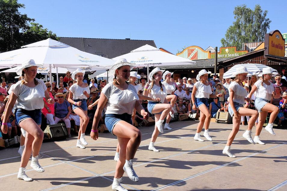 Die Linedancer hatten bei ihrer Vorführung viel Spaß.