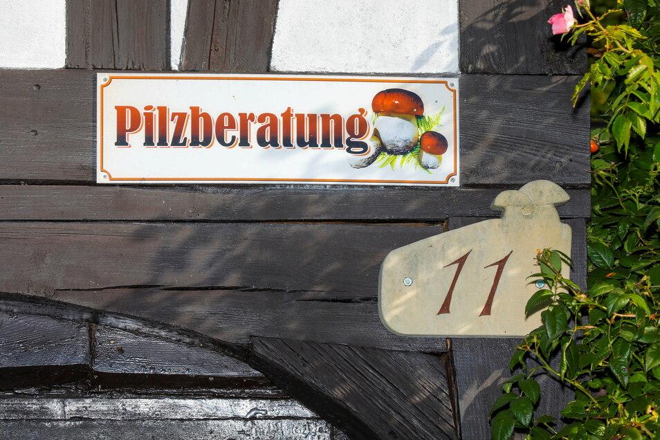 Mit einem Schild an ihrem Umgebindehaus weist Pilzberaterin Heike Milde in der Kleinen Seite 11 in Hainewalde auf ihr Angebot einer kostenlosen Pilzberatung hin.