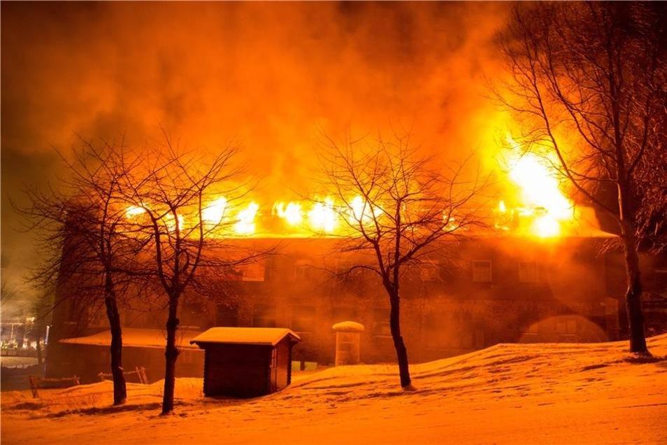 Probleme bereitete der böige Wind, der das Feuer immer wieder anfachte.