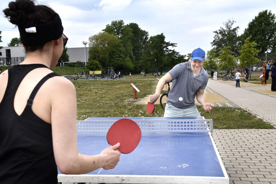 Josef Rapay spielt mit seiner Freundin im Ostrapark Tischtennis. Die Sportanlage an der Pieschener Allee ist am Sonntagmittag gut besucht.