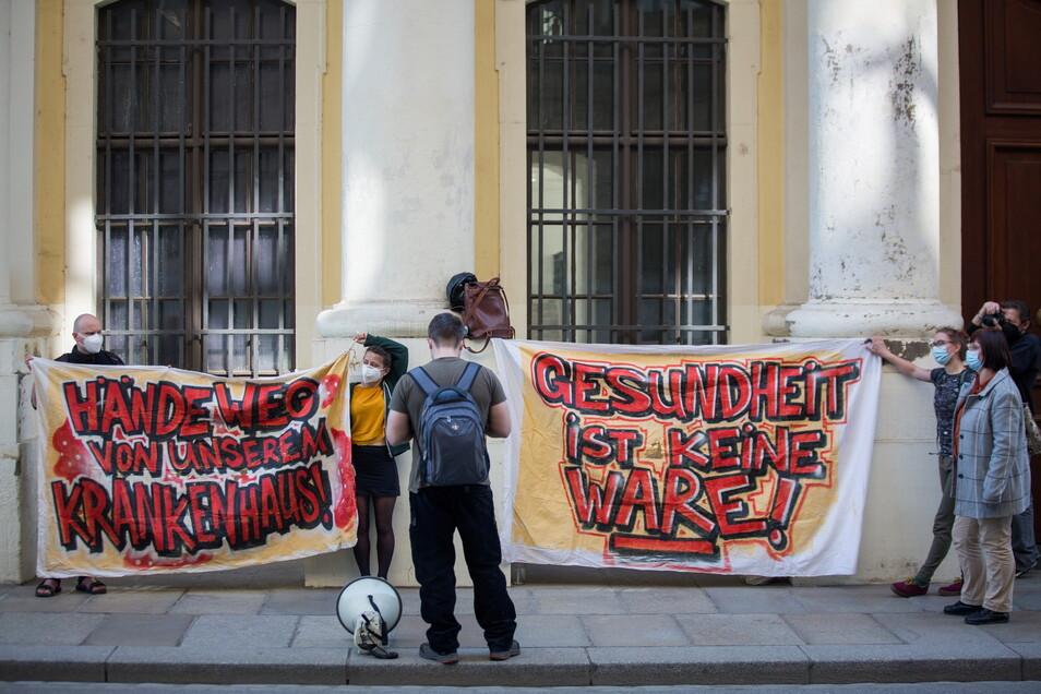 Das Dresdner Bündnis für Pflege protestiert vor dem Stadtmuseum gegen die Klinik-Schließung