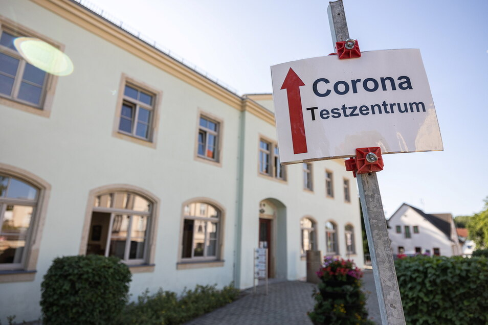 Seit dieser Woche freitags und sonnabends wieder länger geöffnet: Das Testzentrum im Bürgerhaus an der August-Bebel-Straße in Bannewitz.