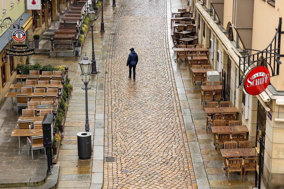 Menschenleer zeigt sich die Dresdner Münzgasse mit ihren wegen des Lockdowns geschlossenen Kneipen und Restaurants.