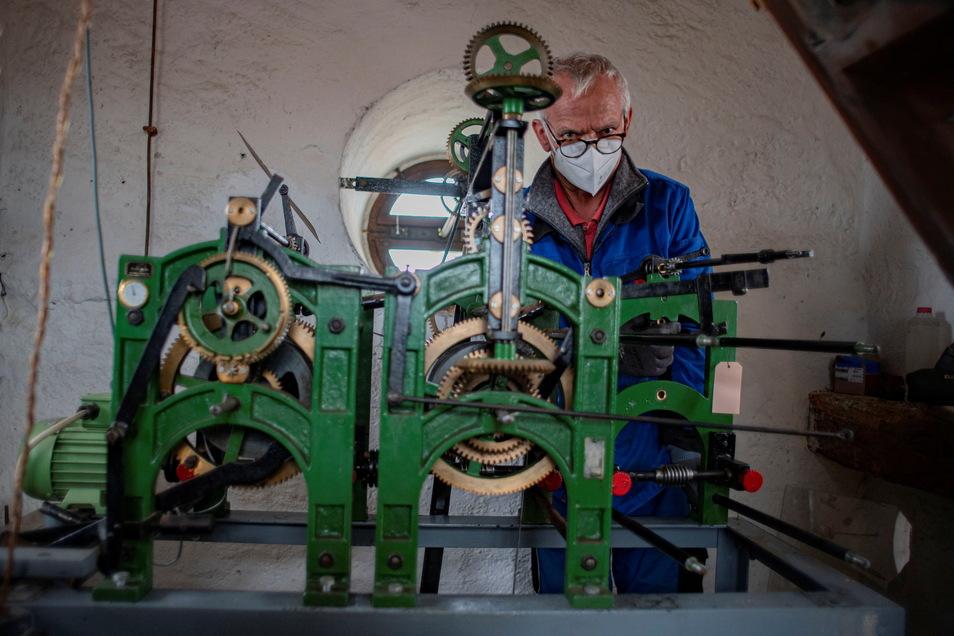 Ein Fachmann von der Leipziger Firma Bernhard Zachariä montierte am Dienstagnachmittag das reparierte Schlagwerk der Uhr im Kamenzer Rathausturm.