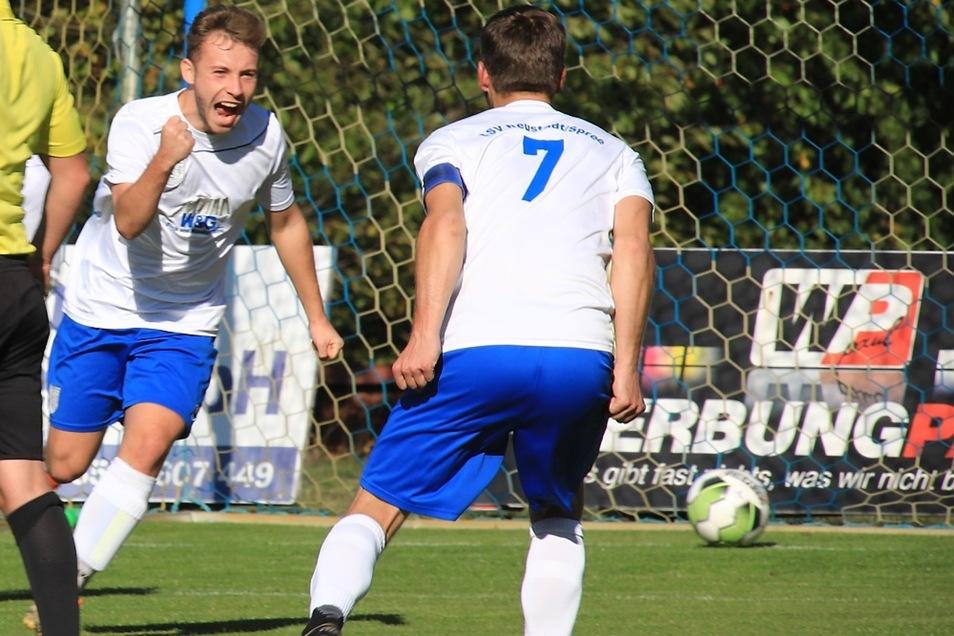 """""""Jaaaa, drin!"""" Luca Hartelt bejubelt sein 1:0 gemeinsam mit Sebastian Kölzow (7). Doch es sollte für den LSV Neustadt noch ein weiter Weg mit gewaltigen Rückschlägen werden, ehe Einheit Kamenz doch aus dem Pokalrennen geworfen war."""