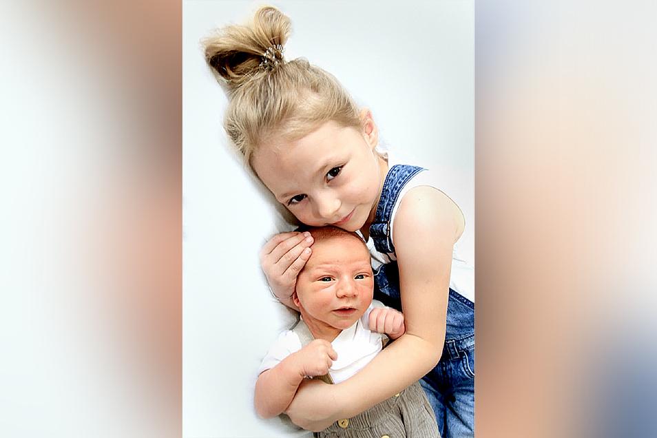 Till Dario mit Schwester Cora, geboren am 24. Juni, Geburtsort: Kamenz, Gewicht: 4.210 Gramm, Größe: 53 Zentimeter, Eltern: Romy Olak und Jens Hoffmann, Wohnort: Liebenau