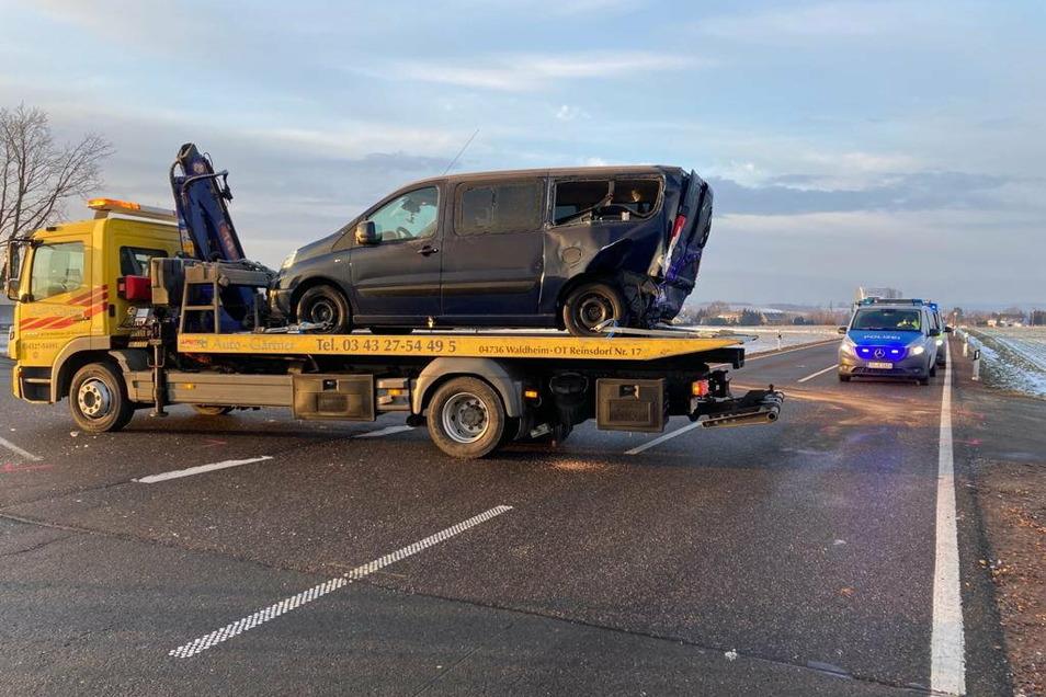 Zwei Fahrzeuge, die am Unfall auf der B 175 beteiligt waren, wurden abgeschleppt, hier der Peugeot.