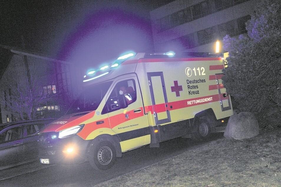 Regelmäßig und rund um die Uhr bringen die Fahrzeuge des DRK-Rettungsdienstes Weißwasser Patienten ins Kreiskrankenhaus.