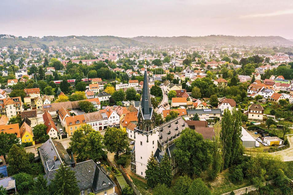 Blick auf die Friedenskirche und Stadt Radebeul.