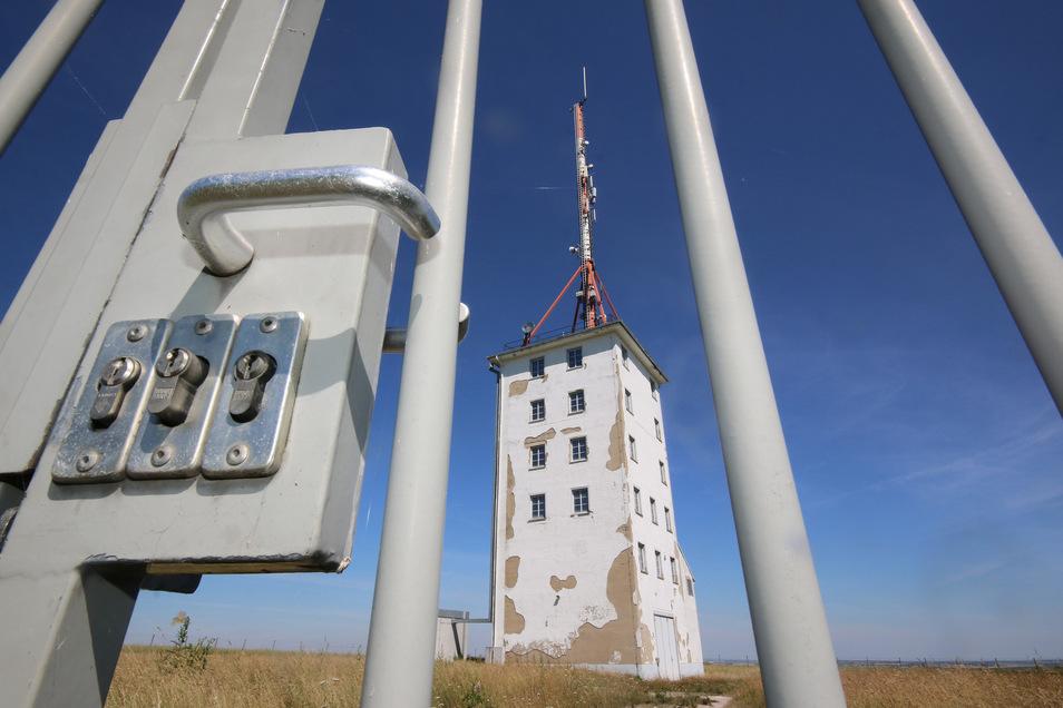 Gleich mit drei Schlössern ist das Areal gesichert, auf dem in Hartha der ehemalige Funkturm steht. Er gammelt vor sich hin, hat aber trotzdem Interessenten.
